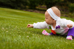 Behandla som ett barn att spela på gräs Royaltyfri Foto