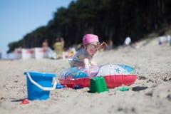 Behandla som ett barn att spela på stranden Arkivfoto