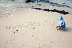 Behandla som ett barn att spela på stranden Royaltyfria Foton