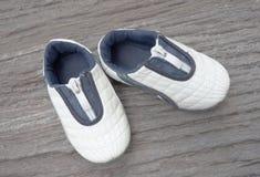 Behandla som ett barn att stå för skor Arkivfoto