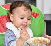 Behandla som ett barn att äta för flicka Arkivbild