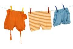 behandla som ett barn att torka för kläder Arkivbild
