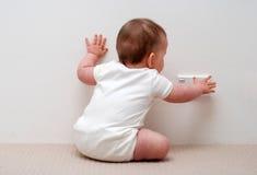 behandla som ett barn att trycka på för strömstickkontakt arkivbild