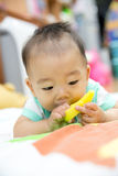 Behandla som ett barn att tugga på att få tänder den plast- leksaken Arkivbilder