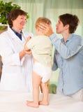behandla som ett barn att undersöka för doktor Arkivbild