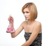 behandla som ett barn att vara misstänksamt kvinnabarn för skor arkivbild