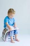 behandla som ett barn avläsning Arkivbild