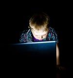 behandla som ett barn bärbar dator Fotografering för Bildbyråer