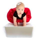 behandla som ett barn bärbar dator arkivfoton