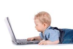 behandla som ett barn bärbar dator Arkivfoto