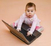 behandla som ett barn bärbar dator för datorsnilleflickan little Arkivbild