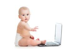behandla som ett barn bärbar dator little som fungerar Arkivbild