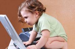 behandla som ett barn bärbar dator nit skärmen till Royaltyfria Foton