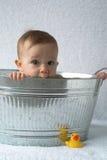 behandla som ett barn badar Arkivbild