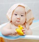 behandla som ett barn badet Arkivbild