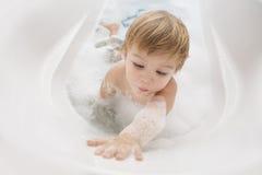 behandla som ett barn badrummen Royaltyfria Foton