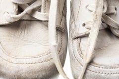 behandla som ett barn bakgrund vita isolerade gammala skor Royaltyfri Foto