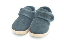 behandla som ett barn bakgrund vita isolerade skor Arkivbild