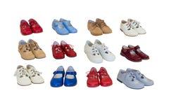 behandla som ett barn bakgrund vita isolerade skor Arkivfoto