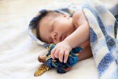 behandla som ett barn bakgrundsjul som isoleras över white Ståenden av gulligt nyfött behandla som ett barn att sova i blått b Royaltyfri Bild