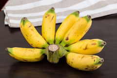 Behandla som ett barn bananen Arkivbild