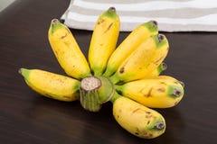 Behandla som ett barn bananen Royaltyfri Fotografi