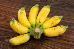 Behandla som ett barn bananen Arkivfoto