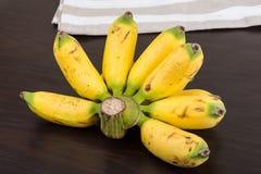 Behandla som ett barn bananen Royaltyfri Foto