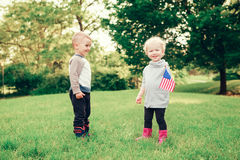 Behandla som ett barn barn med amerikanUSA-flaggor Royaltyfri Bild