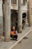 Behandla som ett barn barnet i en hutong Arkivfoton