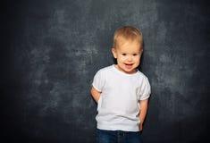 Behandla som ett barn barnet och den tomma svart tavla Arkivfoto