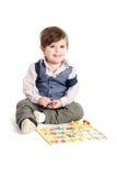 Behandla som ett barn barnet som leker med ABC-toys Royaltyfri Fotografi
