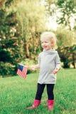 Behandla som ett barn barnflickan med amerikanUSA-flaggan Royaltyfri Fotografi