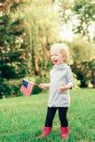 Behandla som ett barn barnflickan med amerikanUSA-flaggan Arkivbild
