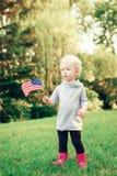 Behandla som ett barn barnflickan med amerikanUSA-flaggan Arkivfoto
