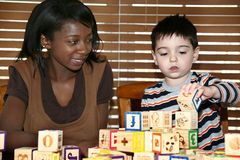 behandla som ett barn barnvakten arkivbild