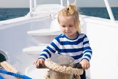 Behandla som ett barn begreppet Gulligt behandla som ett barn sjömannen Behandla som ett barn lite loppet på skeppet i havet Beha Royaltyfri Bild