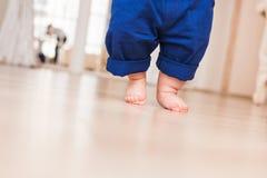 Behandla som ett barn ben första steg Arkivbilder