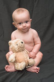 behandla som ett barn björnen arkivbild