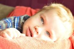 behandla som ett barn blåa ögon Arkivfoton