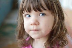 behandla som ett barn blåa gulliga ögon royaltyfri fotografi