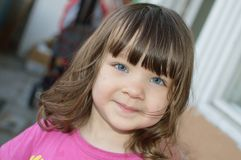 behandla som ett barn blåa gulliga ögon arkivfoto