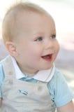 behandla som ett barn blåa lyckliga pojkeögon Arkivbild