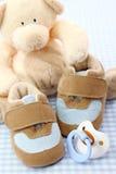 behandla som ett barn blåa skor Royaltyfri Foto