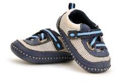 behandla som ett barn blått läder som göras s-skor Arkivfoton
