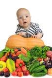 Behandla som ett barn bland nya och naturliga grönsaker som isoleras på vit bakgrund royaltyfri fotografi