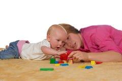 behandla som ett barn block som bygger att leka för mum Arkivbilder