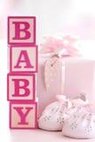 behandla som ett barn block som bygger pink Royaltyfria Bilder