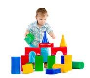 behandla som ett barn blockpojken som bygger färgrikt gulligt little Arkivfoto