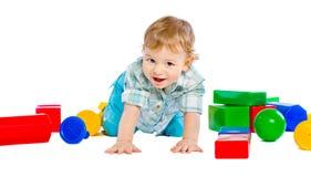 behandla som ett barn blockpojken som bygger färgrikt gulligt little Arkivbild